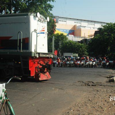 Kelebat Kereta di Kota Surabaya