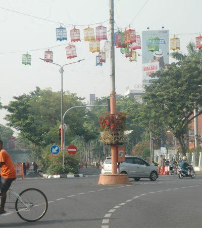 Bahaya Kurungan dan Payung Hias di Surabaya Ketika Musim Hujan