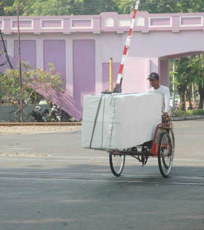 Beban Berat Kehidupan di Jalanan Surabaya