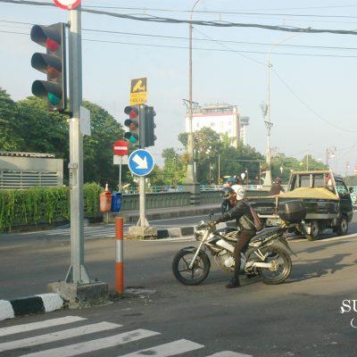 Aksi Melanggar Sepeda Motor di Persimpangan Surabaya