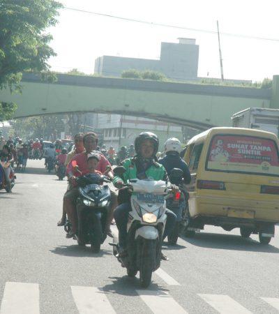 Rombongan Melawan Arus di Jalan Ngaglik Surabaya